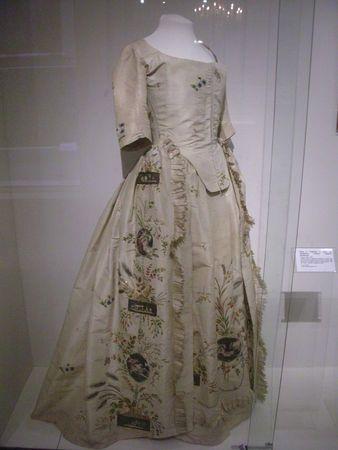 Robe à langlaise, Taffetas brodé, 1780