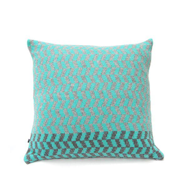 *Farbenfrohe Muster für Dein Sofa*    Dieses Kissen hat ein farbiges Muster vorn und ist unifarben, grau hinten.    Das Material vorn ist im Wechse...