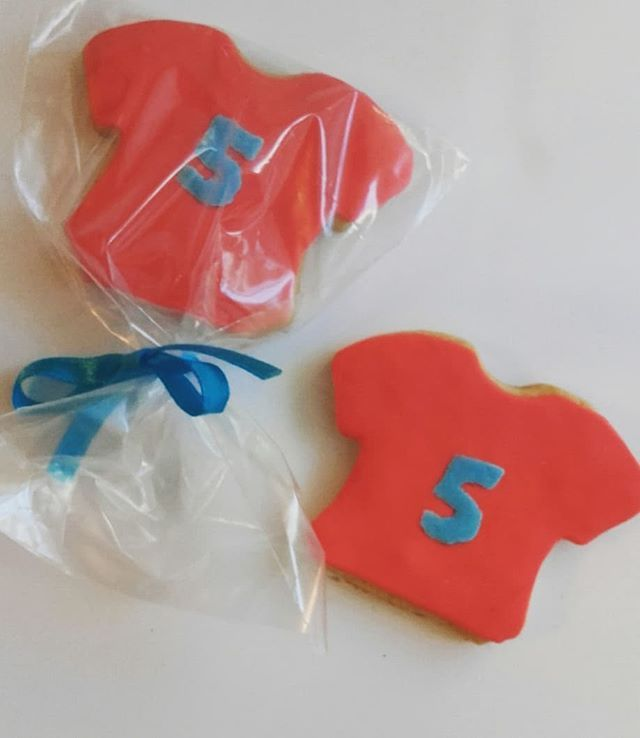 Someone is 5!!!! 🎉🎉🎂🎉🎉Sweet treats vanilla cookies with sugarpaste 🍭🍭🍭🍭.Μπισκότα βανίλιας με ζαχαροπαστα κέρασμα για τα 5α γενέθλια ενος αξιολατρευτου μικρουλη🍭🍭🍭🍭😉.#cookies #sweethearts #sugarpaste #sugarpastecookies #vanillacookies #decoratedcookies