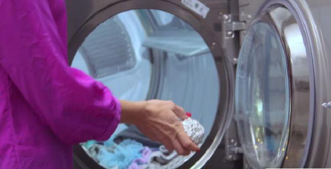 Perché mettere una palla di foglio di alluminio in lavatrice? Il motivo è davvero brillante! LEGGI | imigliori.co.uk