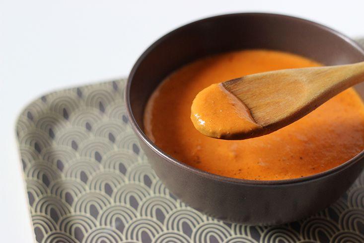 Dans la série de mes «soupes express» préférées et indispensables, il y a cette crème coco-tomate au goût exotique, une vraie merveille aussi stimulante qu'aromatique. Alors que mon velouté de butte