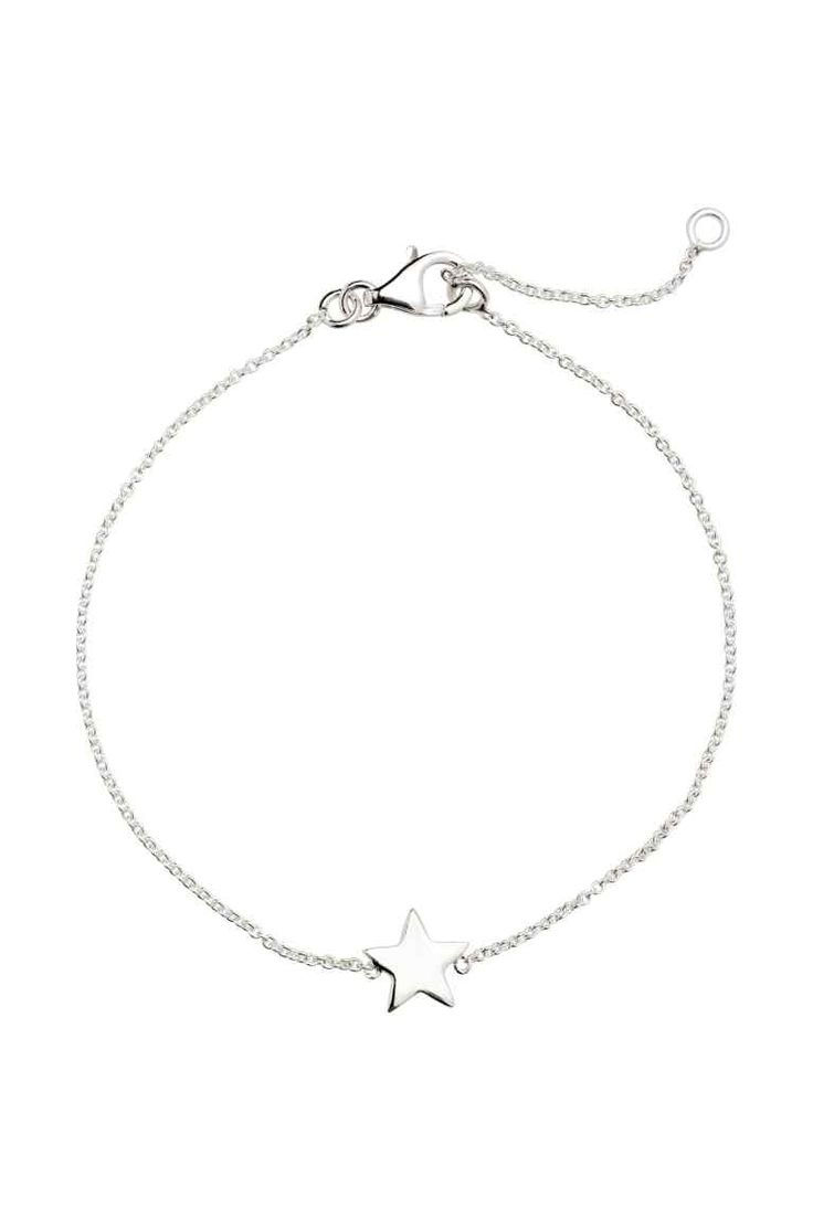 Bracciale placcato argento: Bracciale formato da una catena sottile di metallo con un pendente fisso a forma di stella. Catenella e pendente placcati argento. Lunghezza regolabile, 16-19 cm.