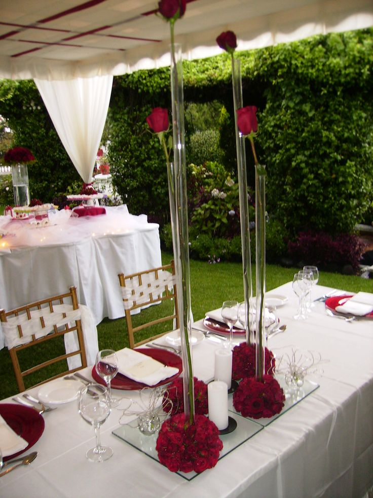 Arreglo central alto con rosa y velas/ Tall centerpiece with roses and candles