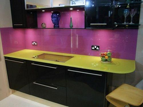 Lange, glatte Glasplatten, die maßgefertigt sind,kann man leicht finden.Die Hauptidee ist ein sauberes,raffiniertes Design zu gestalten - Küche Glasrückwand