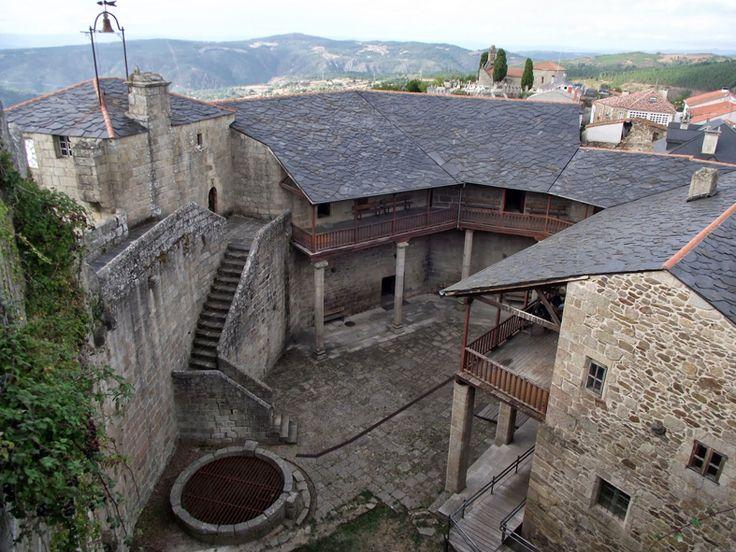 castillo de Castro Caldelas: Durante la Edad Moderna la abigarrada fortaleza se convirtió en una construcción renacentista de carácter marcadamente palaciego.