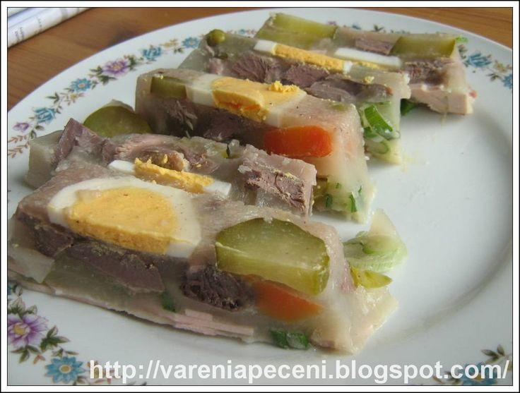 Domácí sulc neboli huspenina či aspik je zdravé chutné jídlo. Má velmi málo tuků a obsahuje kolagen pro výživu našich chrupavek.