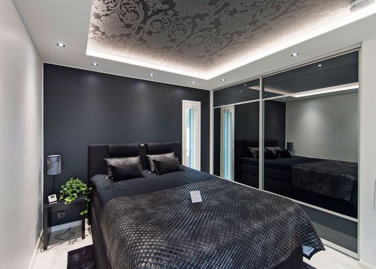Makuuhuoneeseen HP oli saanut ideoita lukuisilta matkoiltaan ja hotellihuoneista. Huomaa katon ornamenttikuvioinen tapetti.