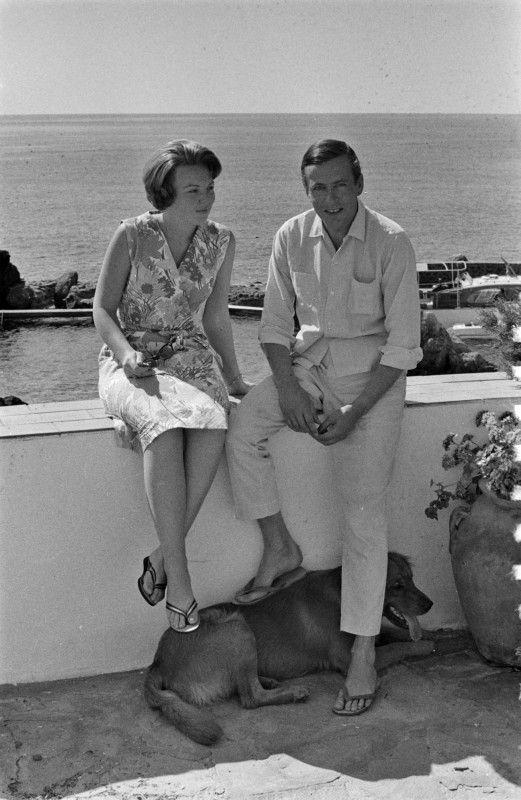 25 juli 1965 Porto ercole Prinses Beatrix en de heer Claus von Amsberg met Joris aan hun voeten op een van de terrassen van het buitenverblijf van de koninklijke familie aan de tyrrheense zee