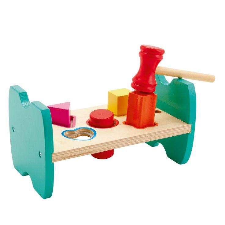 1 plateau, 1 marteau et 5 formes colorées en bois. L'enfant encastre chaque pièce dans la forme correspondante, prend le marteau et tape sur l'élément pour l'insérer dans le plateau. Puis, il retourne le jeu et recommence de l'autre côté. Ce simple jeu propose 2 apprentissages à l'enfant : le tap-tap et l'encastrement. Il apprend les formes, les couleurs et aussi à manier un petit marteau de manière précise.