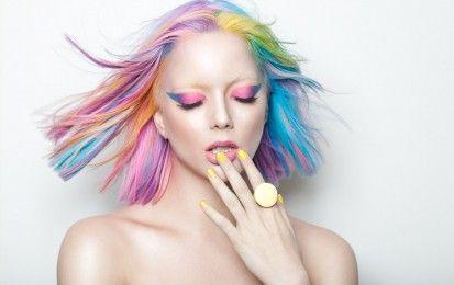 Capelli arcobaleno, la tendenza per l'inverno 2016 [FOTO] - Capelli arcobaleno: tendenza per l'inverno 2016, la chioma si tinge di colori diversi, soprattutto su una base bionda e concentrando il colore sulle radici per le rainbowrooots.