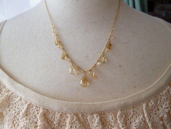 ☆ペアシェイプカットのルチルクオーツのネックレスです。透明感があり、中の金糸が美しい石を選んで作りました。 間にはシトリンのボタンカットを、チェーンも2種類使...|ハンドメイド、手作り、手仕事品の通販・販売・購入ならCreema。