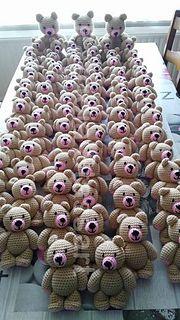 gratis free:Standing Bear pattern by Patricia Stassart De staande beer is een eenvoudig patroon dat door iedereen wel gehaakt kan worden. Het bestaat enkel uit vaste. De afgewerkte beer met het voorgestelde garen en haaknaald wordt ongeveer 15 - 17 cm groot van top van de oren tot beneden..