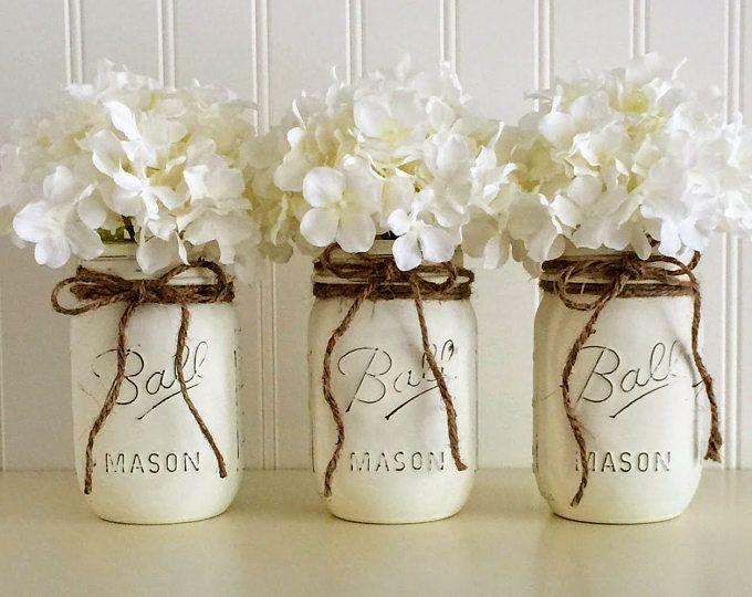 Shabby Chic Weddings / Mason vasi / Distressed vernice vetro vaso decorazione di nozze / Nozze centrotavola in Shabby Chic rosa   ******************************************************************************  Vasi di shabby chic muratore in rosa pastello. (balletto rosa) Sono dipinte e leggermente in difficoltà per un look chic rustico. Questi barattoli di vetro decorativi bella sono perfetti come un centrotavola matrimonio o nozze decorazione o un pezzo di accento nella vostr...