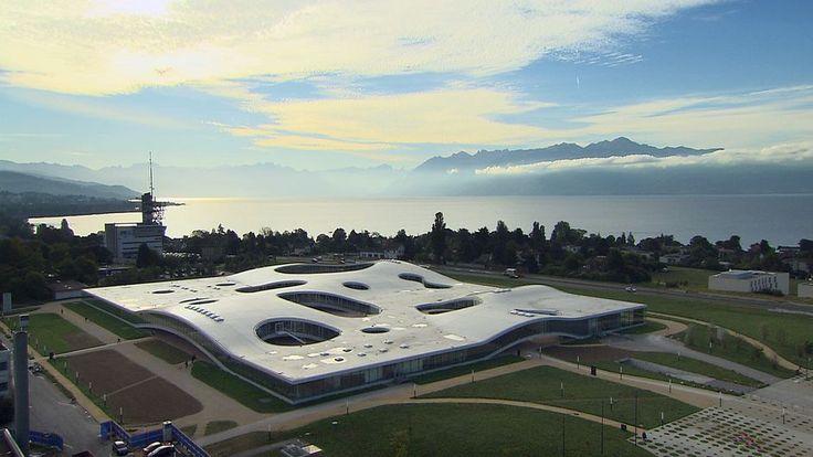 Construit en 2010 sur les berges du lac Léman en Suisse par les deux architectes japonais Kazuyo Sejima et Ryue Nishizawa (Prix Pritzker 2010), le Rolex Learning Center est posé là comme une vague de béton et de verre. Sa forme ne laisse pas vraiment deviner ce qu'il abrite. Lumière sous le toit cf. grottes.
