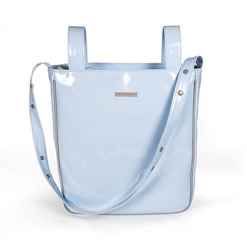 Bolsa panadera o bolso para silla de paseo weed Baby en charol azul con logo de Pasito a pasito. Bolsa para silla de paseo, muy elegante y práctica, para llevar todo lo que necesite tu bebé. Incluye asa larga para colgar en el hombro. Forro interior a tono con bolsillos. Se puede lavar a mano o a máquina a 30º. Los materiales utilizados están libres de colorantes azoicos, ftalatos y sustancias nocivas para la salud. Medidas: 35X35X10 cm. Bolsas de maternidad Pasito a pasito.