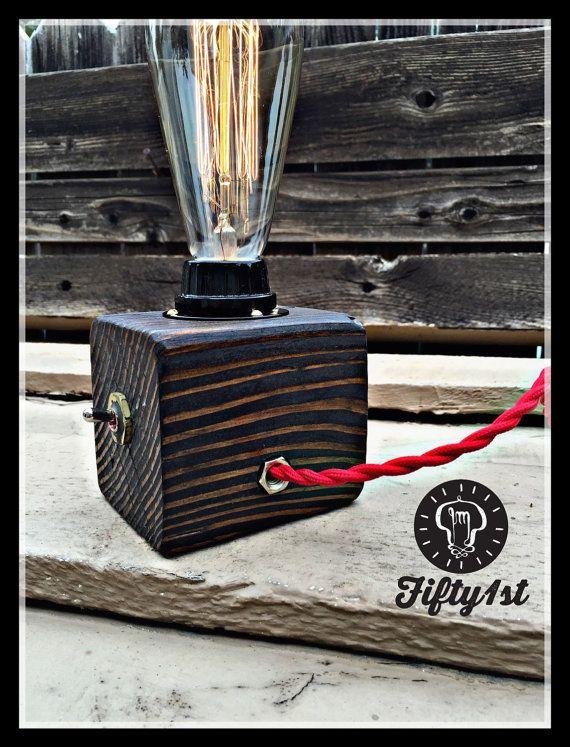 Puede ser pequeña, pero lil Pete saca mucha luz! Hechos a mano recuperada base de madera, latón, interruptor, cable de tela vintage, hermoso bulbo de Edison reclamado y algunos más sudor de hombre!   Dimensiones de la lámpara * Peso: 2 libras Altura: 8 pulgadas Ancho: 4 Instalaciones de tuberías: latón Conmutador: conmutador Bulbo de salida: 120v/60 w máximo Bulbo: Edison estilo 60 vatios Cable: Rojo del paño vintage