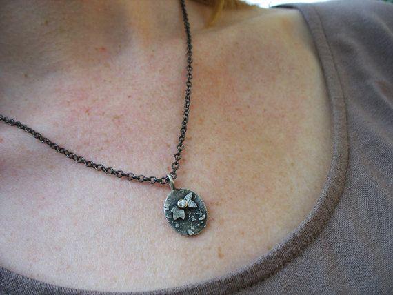 Silber Engelsflügel Halskette Wir haben unsere Antike Textur in Sterling Silber, süßer Engelsflügel und die weiße Lichtgestalt der einen schönen Diamanten (in 14 K Gelbgold) kombiniert, um dieses ganz besonderen Anhänger zu erstellen. Wenn Sie oder jemand, den Sie kennen an Engel glaubt, ist