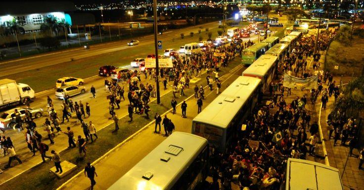 Manifestantes participam de protesto contra o aumento da tarifa do transporte público em Florianópolis, nesta terça-feira (25). Com faixas e cartazes, o grupo, organizado por representantes do Movimento Passe Livre (MPL), se concentrou em frente ao prédio da Catedral Metropolitana da cidade, em direção à prefeitura da cidade