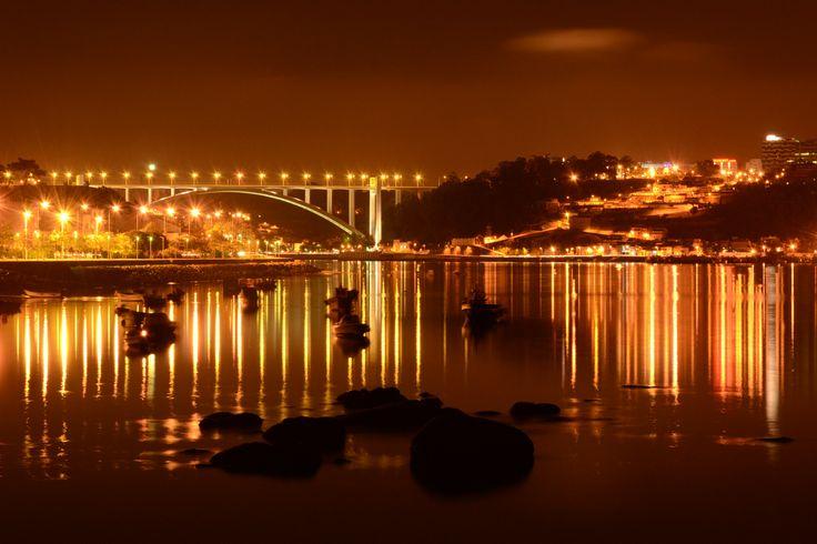 Foz. Luzes. Noite. Vista sob Douro e Ponte da Arrábida. Porto. Portugal