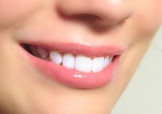 Ποιο είναι το φρούτο που λειτουργεί σαν λευκαντικό δοντιών