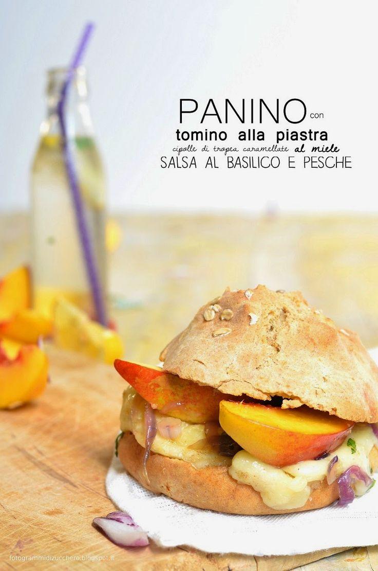 Panino con tomino alla piastra, cipolle di tropea caramellate al miele, salsa al basilico e pesche