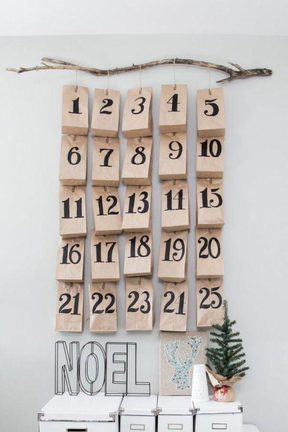 Fabrication d'un calendrier de l'avent pas cher avec des sachets kraft et une branche  http://www.homelisty.com/deco-noel-pas-cher/