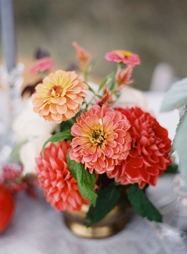 zinnia + dahlia centerpiece http://weddingwonderland.it/2015/11/fiori-per-un-matrimonio-autunnale.html