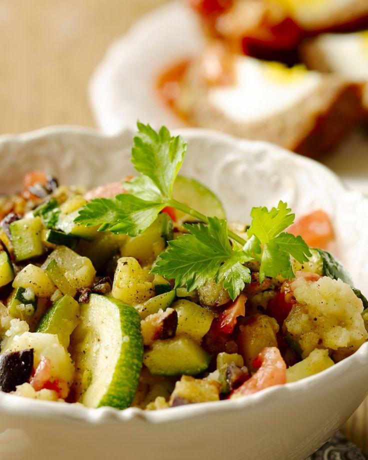 Verwerk al je restjes groenten in deze stoemp en serveer er perfect gebakken vogelnestjes bij. Echt een gerecht voor jong en oud.
