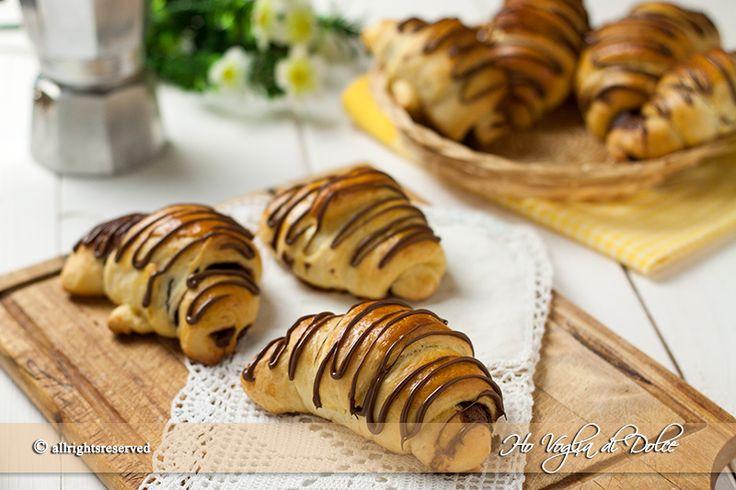 Cornetti al cioccolato lievitati e di pasta brioche, facili da preparare. Cornetti morbidi e soffici per la colazione con aggiunta di Nutella o cioccolato