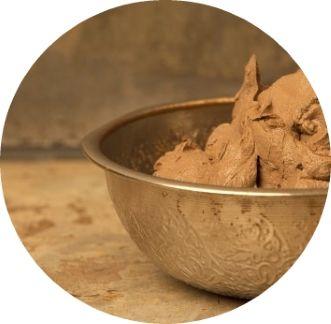 """#Argila #Rhassoul, cunoscuta si sub denumirea de Rhassoul este o argila ce se gaseste doar in muntii Atlas din Maroc, in apropierea orasului Fez. Marocanii o mai numesc si """"pamant natural viu"""".  Este un ingredient natural ce s-a folosit pentru curatarea pielii si parului de catre majoritatea populatiilor africane si din orient, inca din secolul al XIII-lea."""