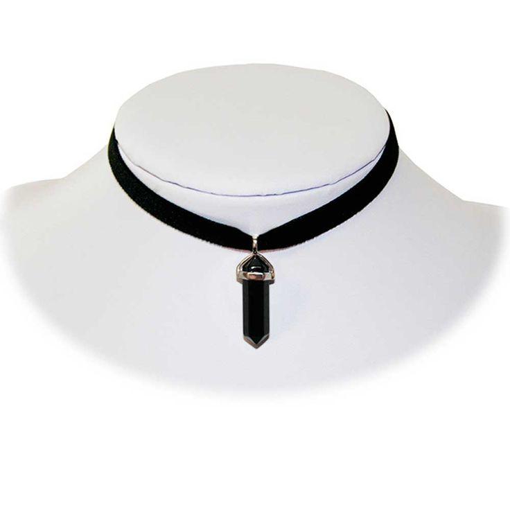 Onyx zwarte steen hanger aan choker ketting van zwart lint