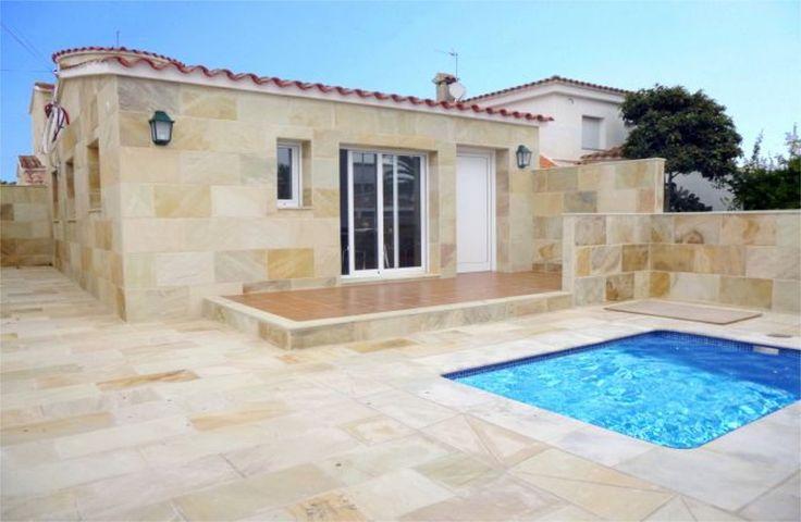 2 Bedroom Vacation Villa With Air-conditioning in Empuriabrava