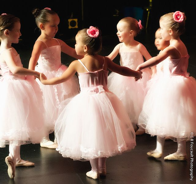 I started to enjoy this kind of pictures so much ..... since my daughter started to wear a tutu!