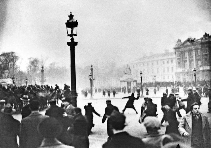 06.02.14 / Le 6 février 1934, «un mythe fondateur» de l'extrême droite /Il y a quatre-vingts ans, des émeutes impliquant les ligues nationalistes éclataient à quelques pas de l'Assemblée nationale. L'historien Olivier Dard revient sur ces événements et leur postérité / L'évènement est emblématique d'une époque, les années 1930, que certains comparent à la nôtre. Il y a quatre-vingt ans jour pour jour, le 6 février 1934, des manifestations emmenées par les ligues nationalistes dégénéraient…