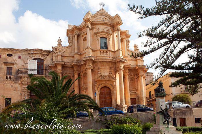 Ното. Piazza XVI Maggio. Здесь доминирует элегантный фасад церкви Святого Доминика, возведенной по проекту Гальярди в 1703-27 гг.