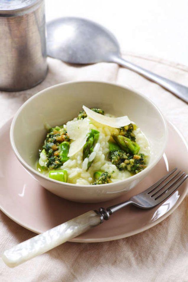En krämig risotto som får lite tuggmotstånd av sparris och pinjenötter.