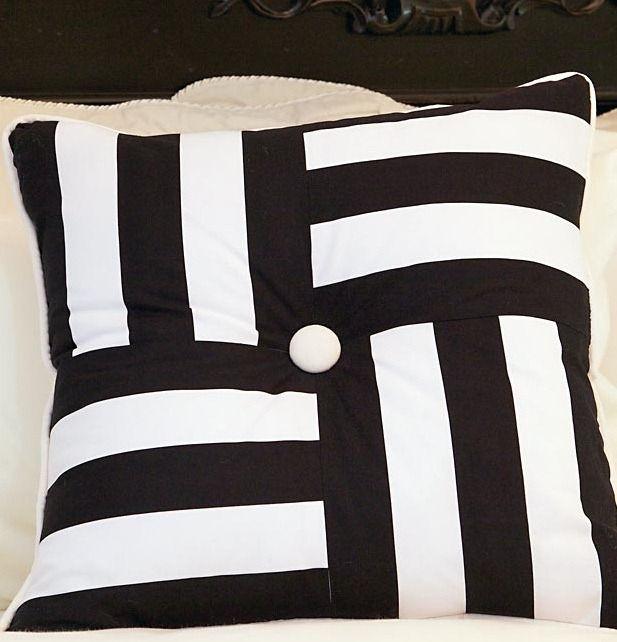 Черно-белая подушка