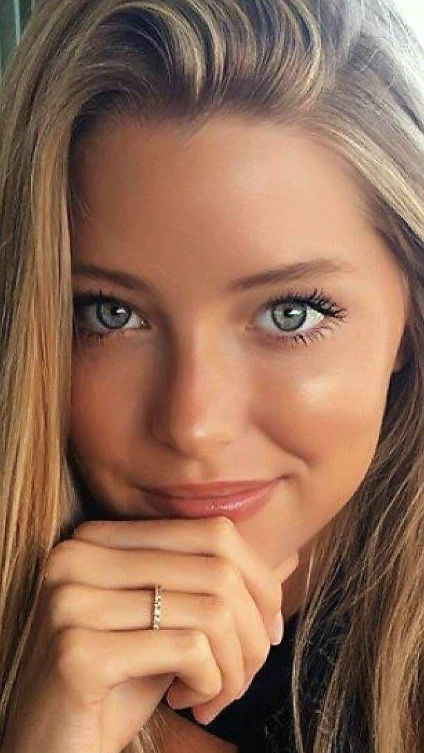 Hübsche blondine mit blauen augen