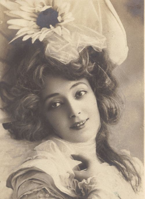 Anna Held in 1905. Born Helene Anna Held on 3/19/1872 in Warsaw, Congress Poland. Died on 8/12/1918 of multiple myeloma. A Polish born French and later Broadway stage performer and singer, most often associated with Florenz Zeigfeld, her common-law husband. She was married only once with one child!