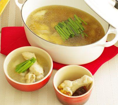 しょうがの野菜だしで作るタッカンマリ  鶏手羽元  6本 鶏もも肉  1枚 じゃがいも 2個(300g) 白ねぎ   1/2本 ニラ    1/2束 ニンニク  1片 しょうがの野菜だし※(スープのみ) 1200ml *チキンブイヨンでも代用ができます。 酒 大さじ2 塩 小さじ1/2