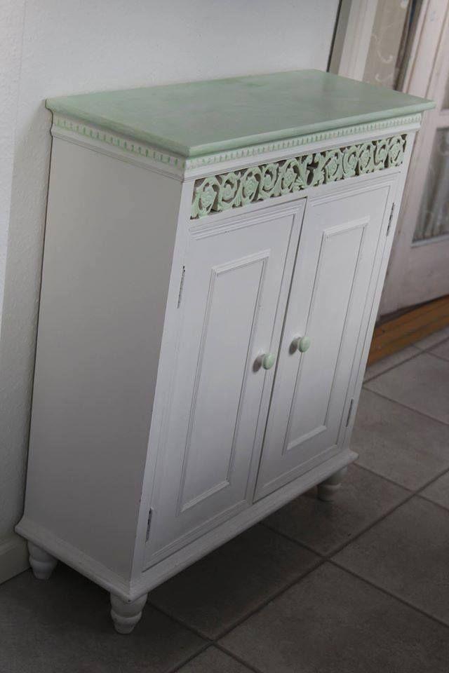 Entrémøbel hvid - malet udskæringerne med Annie Sloan kalkmaling - antibes green blandet med pure til jeg fandt den rette blanding, jeg ønskede. Vaskede med våd klud det overskydende maling af fra top bordet og dry brush malet toppen med Pure hvid og vokset det med lys voks.