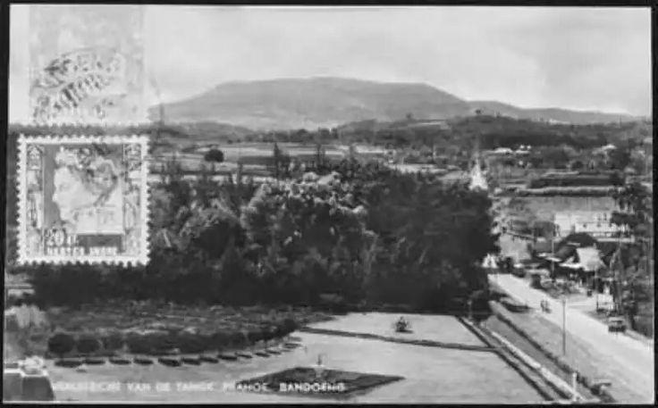 Uitzicht vanaf de Tangkoeban Prahoe bij Bandoeng in de jaren 20 of 30