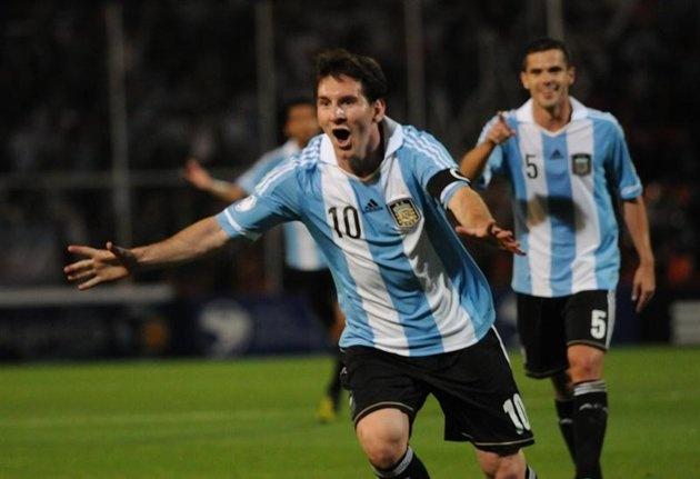 アルゼンチン対ウルグアイ戦、3点目のFK決めた後。うしろにガゴがいる。MENDOZA (ARGENTINA) 12/10/2012