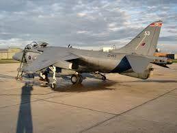 Resultado de imagen de (Harrier GR.7)                        Especificaciones (Harrier GR.7) Características generales Tripulación: 1 piloto Longitud: 14,12 m Envergadura: 9,25 m Altura: 3,56 m Superficie alar: 22,6 m² Peso vacío: 5.700 kg Peso cargado: 7.123 kg Peso máximo al despegue: En despegue vertical (VTO): 8.595 kg En despegue corto (STO): 14.061 kg Planta motriz: 1× turbofán de empuje vectorial Rolls-Royce Pegasus Mk. 105. Empuje normal: 96,7 kN (9 866 kgf; 21 750 lbf) de empuje.