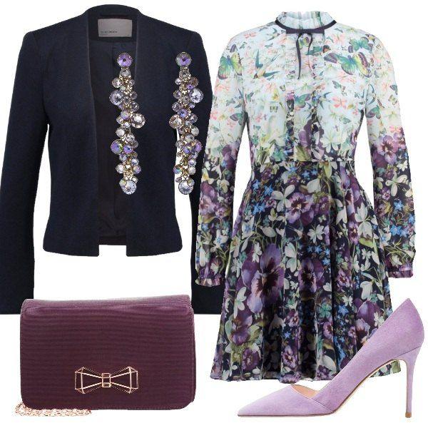 Outfit perfetto per una cerimonia composto da vestito a maniche lunghe floreale, blazer blu, clutch con il tipico fiocchetto di Ted Baker sul davanti, décolleté color lilla e orecchini che riprendono i colori del vestito.