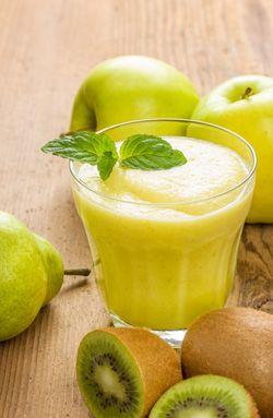 Rezept Grüner Camu Camu Smoothie - Rezept für 2 Portionen: 1 grüner Apfel, 1 grüne Birne, 1 Kiwi, 1 Stange Staudensellerie oder 1 Stück Salatgurke, optional 1 bis 3 TL Purewell BIO Camu Camu Pulver, einige  frische Minzblätter nach Geschmack,  Wasser oder Apfelsaft.  Guten Appetit!