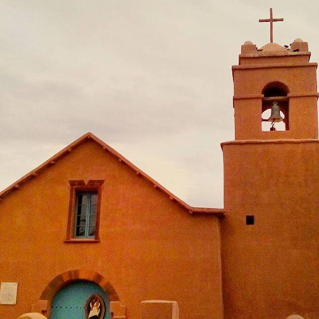 Devo deludervi...la chiesetta bianca di san pedro de atacama non è più bianca! Ma fa sempre il suo bell'effetto..e nel deserto questo colore è più mimetico! http://wp.me/p79sIl-44