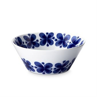 The lovely Mon Amie bowl from Rörstrand was designed in the early 1950's by Marianne Westman. The design in blue flowers on a white background is perfect for any occasion. Available in the same series are plates, mugs and jars. Create and combine your own set by selecting your favorite items!