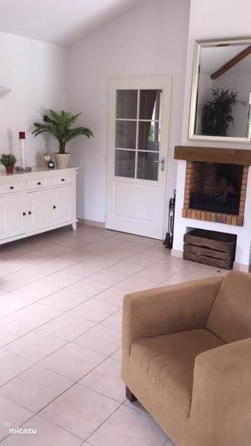 Entree naar de gezellig ruime woonkamer met open haard.