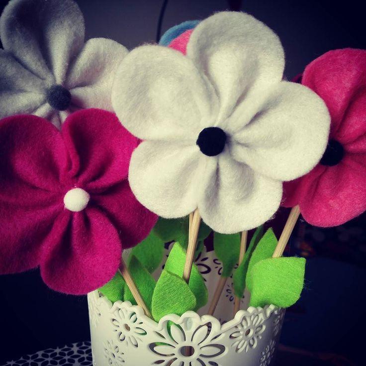 Flori fericite Decoratiuni din fetru delicate ce pot infrumuseta orice ambient. Pret:35 lei #manukdeco #flori #handmade #fetru #culori #florifetru